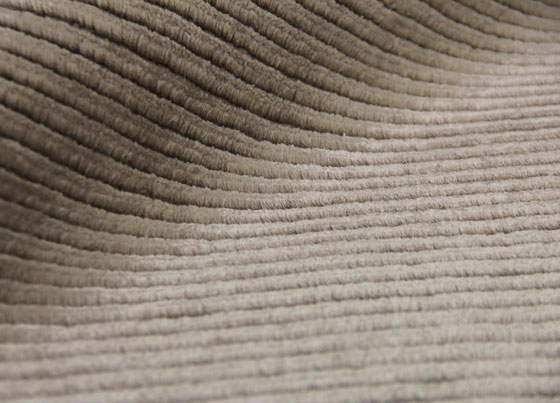 Siena: Handmade knotted carpet manufactured from wool and viscose.